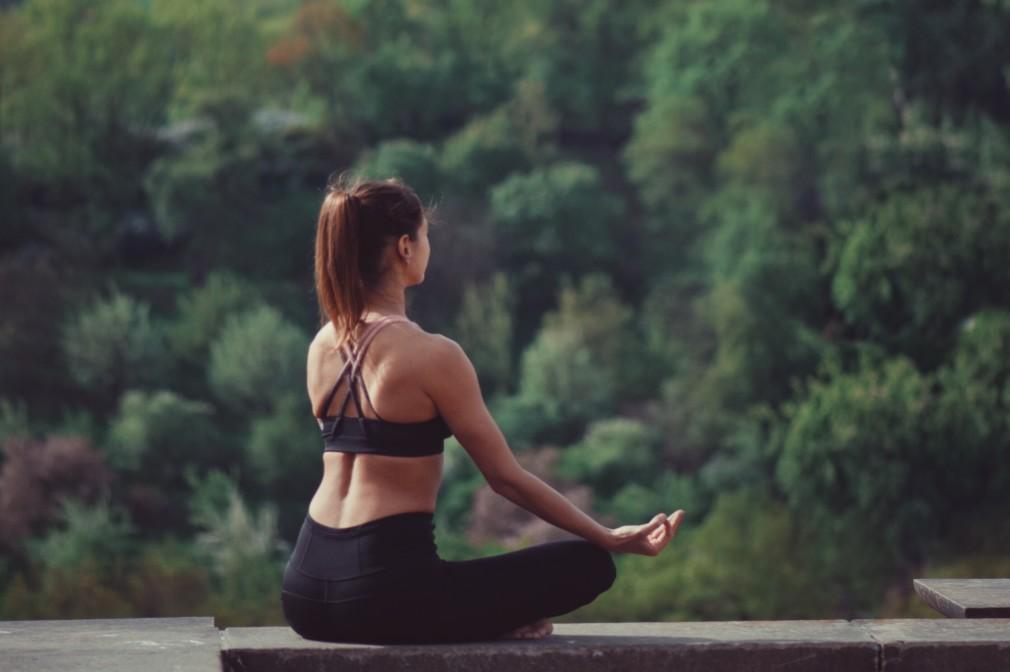 healthy-lifestyle-yoga-meditation-wellness-doing-yoga-yoga-position-outdoors-yoga-nature-yoga_t20_no3VBg
